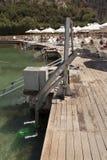 残疾人水池推力见面安装通过游泳湖降低人入水照片 免版税库存图片