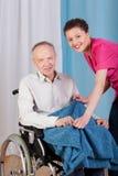 残疾和护士微笑 免版税库存照片