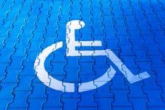 残疾标志,一个信号的细节在停车处支持的 免版税库存照片