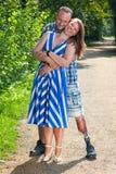 残疾男人和可爱的妇女爱恋的拥抱的 免版税库存图片
