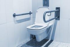 残疾的公共厕所小卧室 免版税库存图片