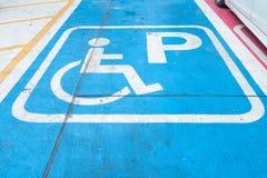 残疾的商标在停车处 障碍停车场标志 库存照片