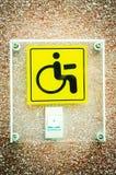 残疾的黄色标志和电话圆环 免版税库存图片