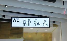残疾访客的洗手间标志有孩子的 免版税库存照片