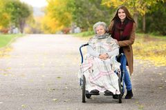残疾资深妇女和年轻照料者 图库摄影
