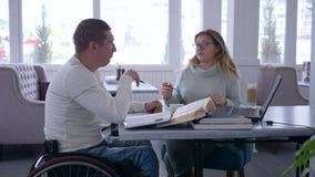 残疾,聪明的老师女性的单独训练到玻璃里为无效人提供教学在轮椅 股票视频