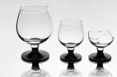 残破一个二个葡萄酒杯 库存照片