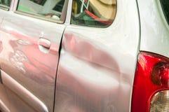 残破和损坏的银色汽车击毁的后面在崩溃事故的与在碰撞关闭的被抓的油漆,选择聚焦 库存照片