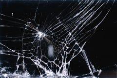 残破和被折磨的玻璃屏幕智能手机,在黑背景,设计元素,背景纹理的空白线路 免版税库存图片