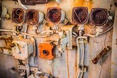 残破和非常老圆测量仪和控制器与搬把式门拉手在被放弃的军舰里面驾驶舱  图库摄影