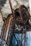 残破的传动机机制老生锈的齿轮和利用链条传送动力的装备  库存照片