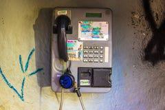 残破的公用电话 库存图片