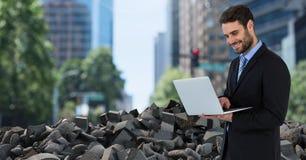 残破的具体瓦砾和商人在都市风景 免版税库存图片