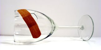 残破的固定的玻璃现在喝酒 免版税库存照片