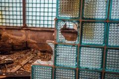 残破的墙壁的片段从大块玻璃的在被放弃的工厂厂房 免版税图库摄影