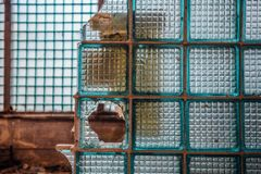 残破的墙壁的片段从大块玻璃的在被放弃的工厂厂房 免版税库存图片