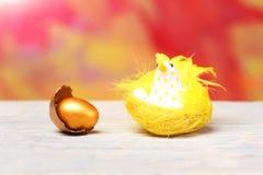 残破的复活节金黄蛋壳,黄色母鸡,鸡鸟 免版税库存图片