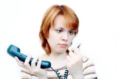 残破的女孩电话年轻人 免版税库存照片