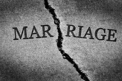 残破的婚姻离婚夫妇被撕开的被毁坏的关系 图库摄影
