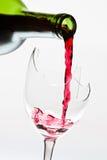 残破的对酒的玻璃倾吐的红色 免版税库存照片