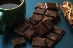 残破的巧克力、桂香和咖啡一张黑桌,关闭 库存图片