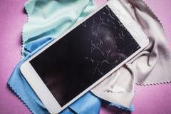 残破的手机在多彩多姿的背景说谎 免版税库存照片