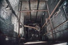 残破的推力或电梯或者很好在被放弃的工业被破坏的工厂 免版税库存图片