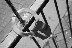 残破的操刀的手铐 免版税库存照片