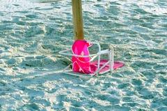 残破的桃红色海滩睡椅 图库摄影