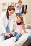 残破的检查的女孩行程儿科医生 免版税库存图片