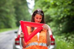 残破的汽车下来驱动器女性有她 免版税库存照片