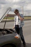 残破的汽车他的人 免版税库存照片
