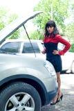 残破的汽车妇女年轻人 免版税库存照片
