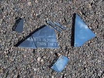残破的汽车镜子 免版税图库摄影