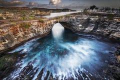 残破的海滩努沙Penida,巴厘岛 图库摄影