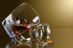 残破的玻璃威士忌酒 免版税库存图片