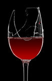 残破的玻璃红葡萄酒 库存图片