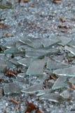 残破的玻璃谎言片断在地面的在被破坏的事务 库存照片