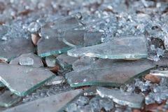 残破的玻璃谎言片断在地面的在被破坏的事务 免版税库存照片
