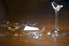 残破的玻璃马蒂尼鸡尾酒 免版税库存图片