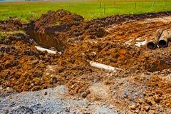 残破的石棉水泥水管道挖掘 免版税库存图片