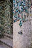 残破的破裂的马赛克五颜六色的瓦片墙壁纹理 免版税库存照片