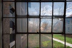 残破的窗口在埃利斯岛放弃了精神病院内部房间 库存照片