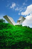 残破的翼或中断飞行纪念碑在克拉古耶瓦茨附近的Sumarice纪念公园在塞尔维亚 库存照片