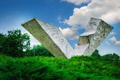 残破的翼或中断飞行纪念碑在克拉古耶瓦茨附近的Sumarice纪念公园在塞尔维亚 免版税库存图片