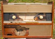 残破的老收音机 库存图片
