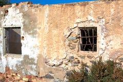 残破的老石房子 免版税库存照片