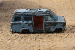 残破的老蓝色玩具小巴 免版税库存照片