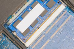残破的膝上型计算机,主板失败,硬盘,硬件问题,信息的备份 库存图片