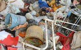 残破的自行车和被烧个人计算机在废品旧货栈 图库摄影